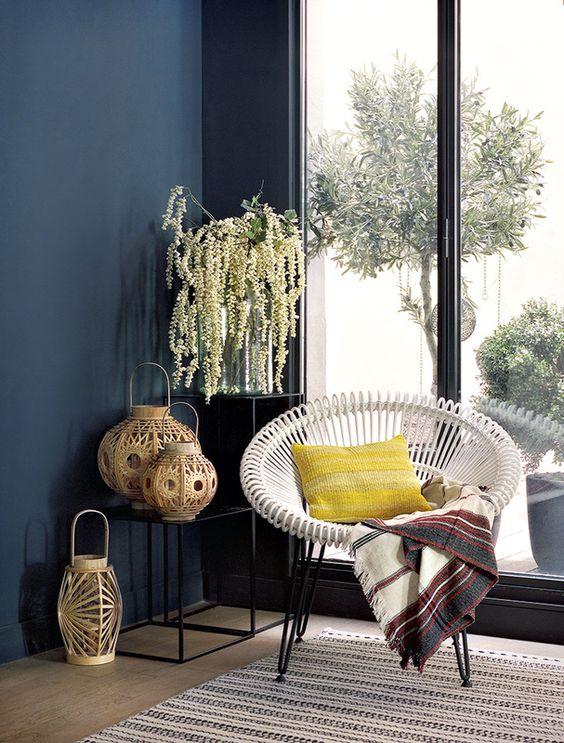 coussin-sur-canape-fauteuil-rotin-blanc-coussin-jaune-barbara-boccara-bash