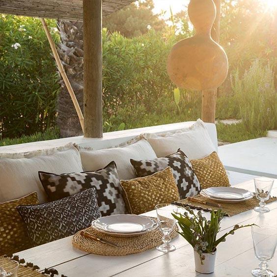 elitis coussin sur canap. Black Bedroom Furniture Sets. Home Design Ideas